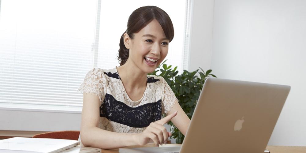 楽しそうにパソコンをする女性