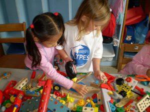 玩具で遊ぶ日本人と外国人の子供達