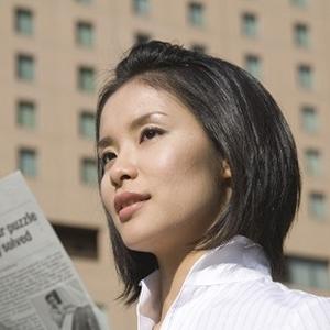 英字新聞を読むキャリアウーマン