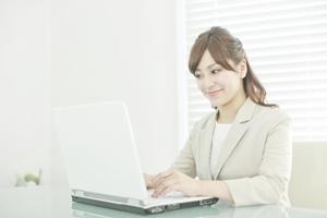 TOEICの学習をする女性